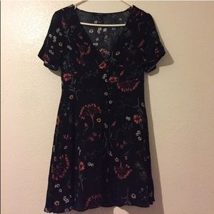 Short sleeved floral vneck dress